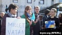 Rusiyeniñ Kiyevdeki elçihanesi yanında qırımtatarlarnıñ sıqıştıruvına qarşı narazılıq numayışı, sentâbr 25 künü 2014 senesi
