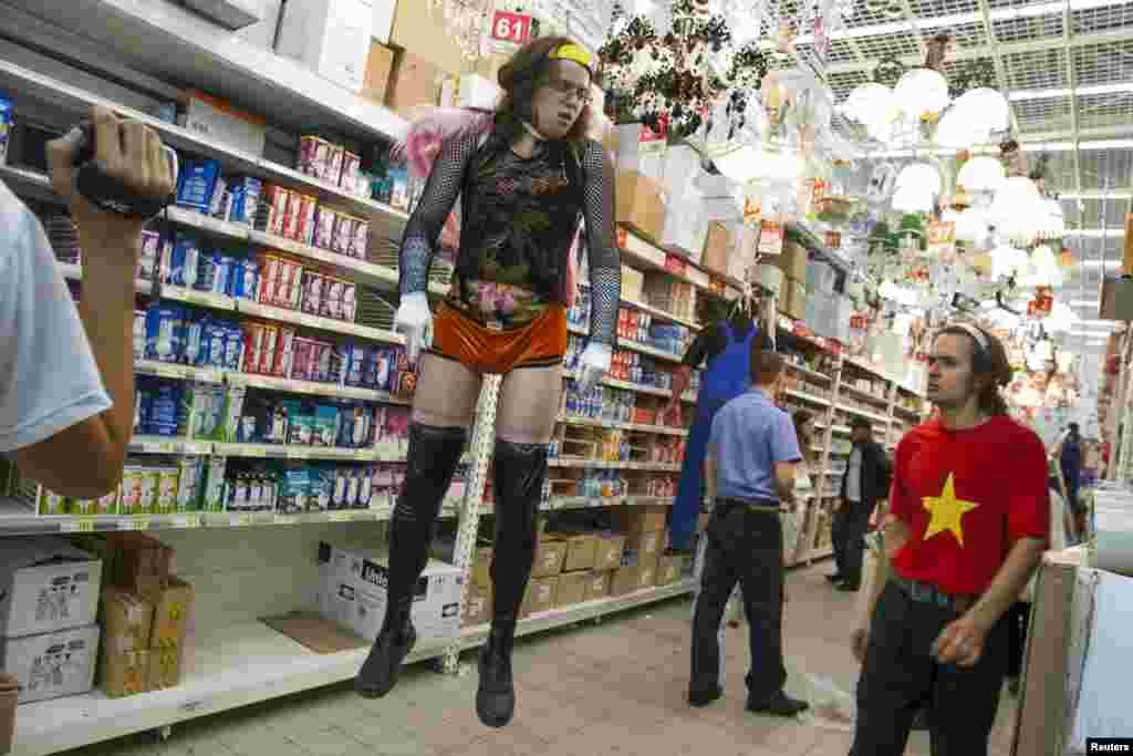Сиëсий фаол Пëтр Верзилов 2008 йил сентябр ойида Москвадаги супермаркетлардан бирида мигрант ишчи ва бесоқолбоз макетини назорат қилмоқда. Верзилов Pussy Riot аъзоси Надежда Толоконникованинг турмуш ўртоғи.