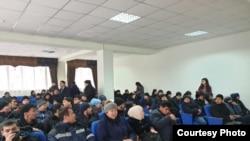 Жители Жанаозена, требующие трудоустройства, в здании акимата. 20 января 2020 года.