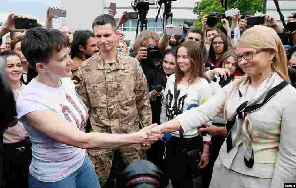 Надежда Савченко и лидер партии «Батькивщина» Юлия Тимошенко в аэропорту. Именно от этой партии Савченко, находившаяся в то время в российской тюрьме, была избрана депутатом Верховной Рады на парламентских выборах осенью 2014 года