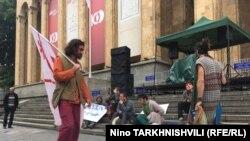 Акция за легализацию наркотиков у старого здания парламента в Тбилиси
