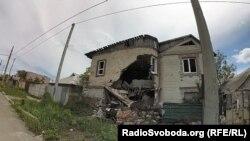 Зруйнований будинок у віддаленому районі Донецька