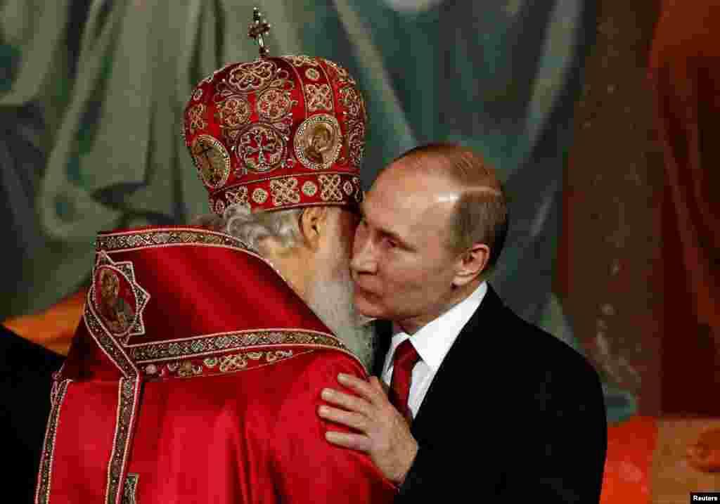 После службы: президент России Владимир Путин обнимает патриарха Кирилла в храме Христа Спасителя в Москве.