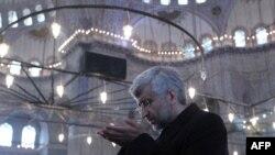سعید جلیلی، مذاکرهکننده ارشد ایران، در مسجد آبی استانبول