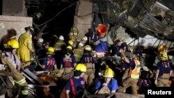 Рятувальні роботи в одній зі зруйнованих шкіл міста Мур, 21 травня 2013 року
