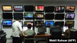 """Авганистански новинари во редакцијата на ТВ-станицата """"Толо"""" во Кабул, 11 септември 2018 година"""