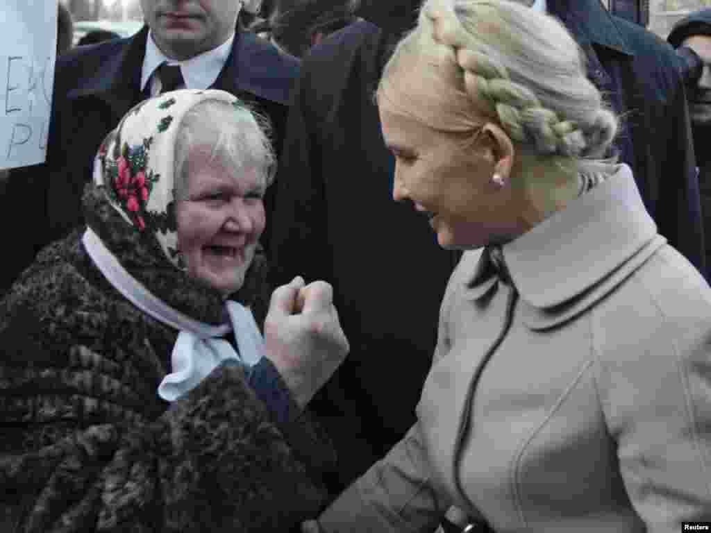 Лідер партії «Батьківщина» Юлія Тимошенко почала ознайомлюватись із матеріалами досудового слідства. Для цього вона в середу прибула до одного з приміщень Генеральної прокуратури України. На ґанку будівлі, спілкуючись із журналістами, вона вчергове назвала дії прокуратури терором проти опозиційних політиків. Натомість у прокуратурі кажуть, що Тимошенко перекручує інформацію і намагається затягти перебіг розслідування.Photo by Konstantin Chernichkin for Reuters