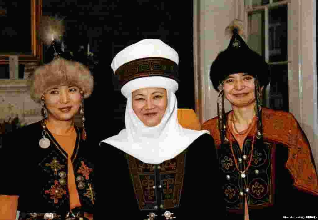 1997 год. Роза Отунбаева в Букингемском дворце в день вручения верительных грамот Коhолеве Елизавете II.