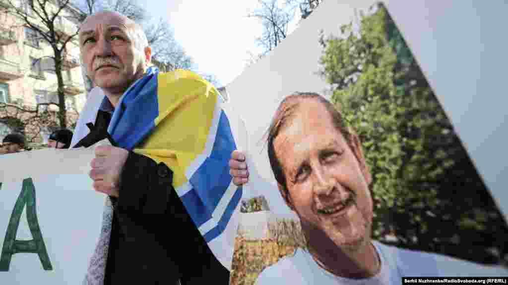 Портрет осужденного российским судом украинского активиста Владимира Балуха на акции «Президент, подпиши» в Киеве