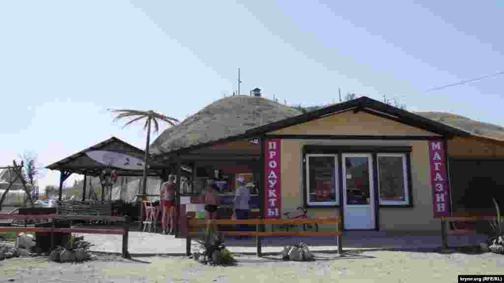 На березі розташувалися кафе і магазини