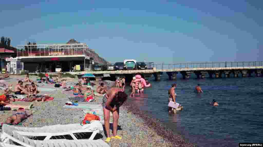 Пляжи не пустуют, но местные жители говорят, что в прошлом году отдыхающих было вдвое больше