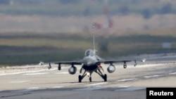 Түркия әуе күштерінің F-16 ұшағы. Адана әскери базасы, 11 тамыз 2015 жыл. (Көрнекі сурет)