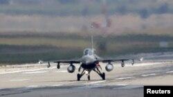 """Истребитель турецких ВВС F-16 приземлился на авиабазе """"Инджирлик"""" в Адане, 11 августа 2015 года"""