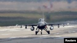 اف ۱۶ ارتش ترکیه در حال فرود آمدن در پایگاه هوایی اینجرلیک
