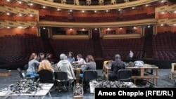 Operaházból hadigyár: örmény zenészek is segítenek a hadifelszerelés-készítésben