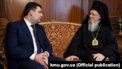Прем'єр-міністр України Володимир Гройсман (ліворуч) та вселенський патріарх Варфоломій І, Стамбул, 15 березня 2017 року