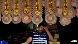 Традиционные свадебные гирлянды для молодоженов, свитые из денежных купюр. Магазин в Дели, 30 июля 2013 года