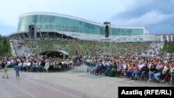 Фестиваль Уфаның Конгресс-холл артындагы амфитеатрда, ачык һавада узды