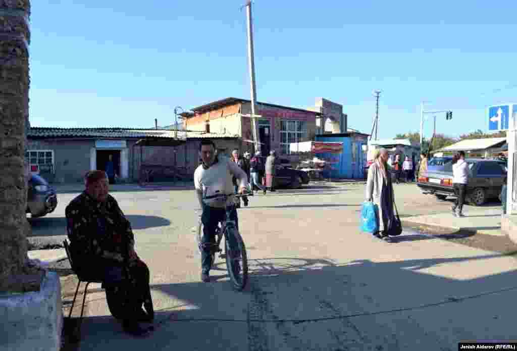 Мээринса Алтыбаева бул менчик автобекетке кирген-чыккан унаалардан 10 сомдон акы алат. Күнүнө автобекетке 300 сомдон төлөп ашкан акчага үй-бүлөсүн багат.