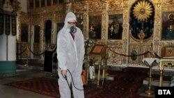 Дезинфекция православной церкви в болгарском городе Хасково, 14 марта