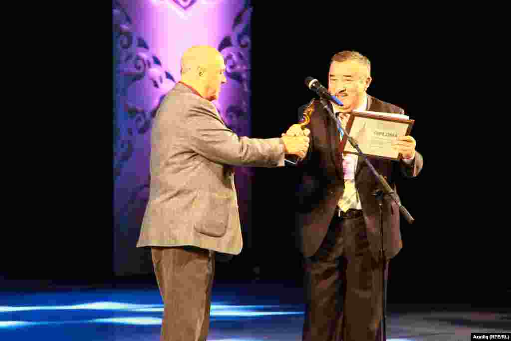 Кинофестивальнең жюри рәисе фестивальнең төп бүләген Кыргызстан кинематографияләр берлеге рәисенә тапшыра