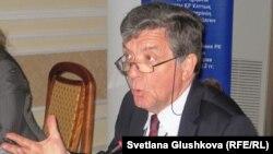 Еуропа одағының Қазақстандағы өкілдігі басшысы Норбер Жустен. Астана, 18 қазан 2011 жыл.