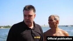 Олег Тягнибок (л) і Руслан Кошулинський (п) після запливу, фото ВО «Свобода» (svoboda.org.ua)
