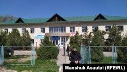 Береке ауылындағы емхананың алдында тұрған арнайы жасақ. Алматы облысы, 19 сәуір 2020 жыл. Көрнекі сурет.