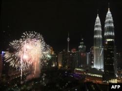 Малайзия астанасы Куала-Лумпурдың түнгі көрінісі. 1 қаңтар 2011 жыл.
