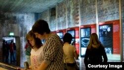 """Фото Документационного центра """"Территории партийных съездов НСДАП"""": Фрагмент выставочного зала с фотографией приветствующих фюрера народных масс"""