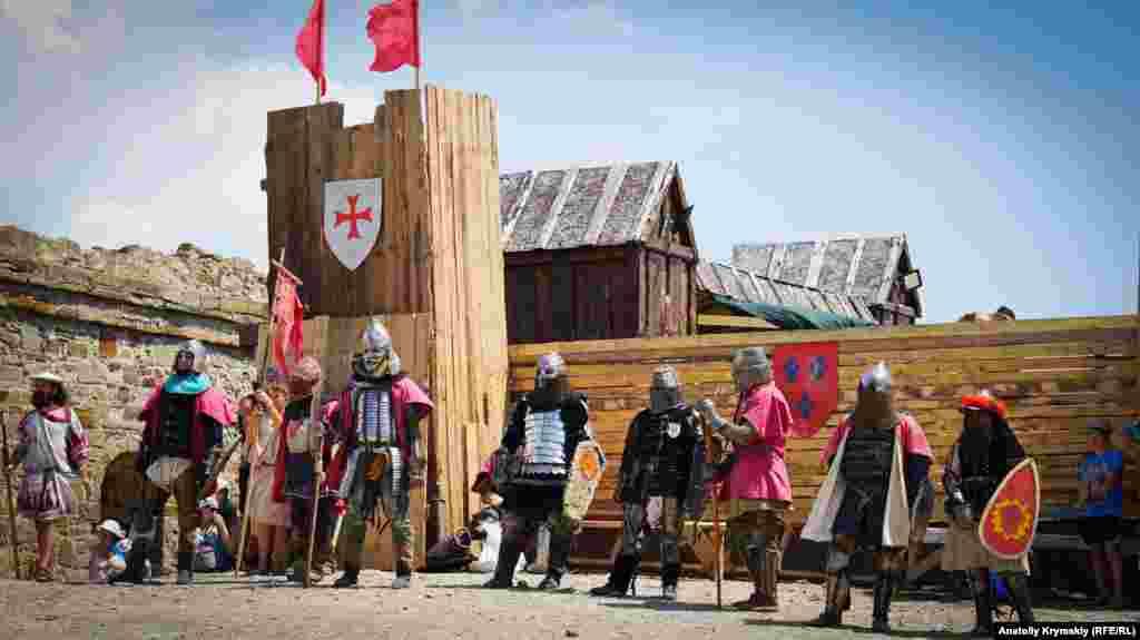 Групповые бои между командами военно-исторических клубов и постановочные массовые сражения. Каждый рыцарь надевает доспехи весом около 40 килограмм, что требует высокой физической силы и выносливости