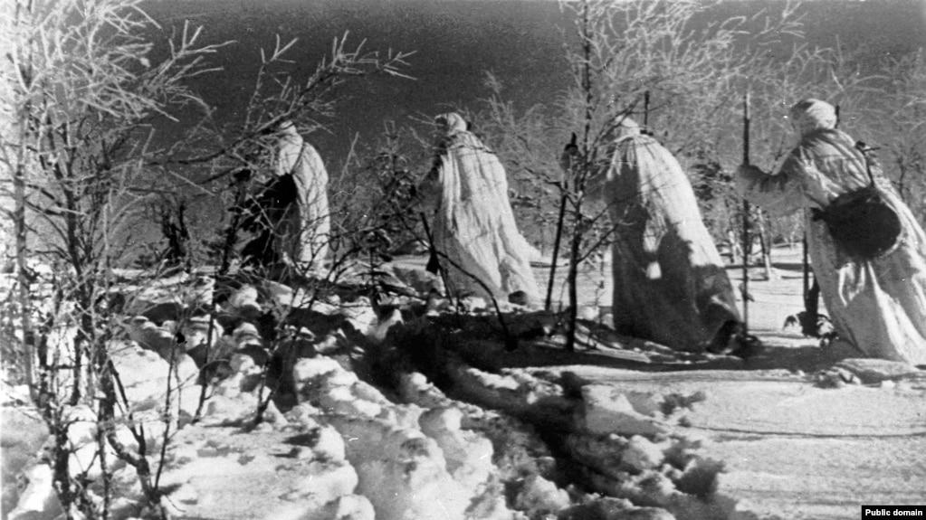 Группа советских разведчиков в маскхалатах во время Зимней войны