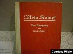 """Книга Адольфа Гитлера """"Моя борьба"""" в немецком музее."""