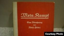 Un exemplar din cartea lui Hitler expusă la Muzeul german
