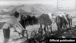 """Чүйдөгү Кант районунун """"Боз бармак"""" колхозунун сокочусу. 1943-жыл."""
