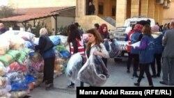 آشوريون يغادرون منطقة الحسكة شمال سوريا في 24 شباط 2015.