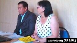 Зинаида Мухортова мен адвокаты Амангелді Шорманбаев сотта отыр. Балқаш, 19 тамыз 2013 жыл.