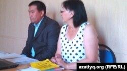 Зинаида Мухортова и ее представитель Амангельды Шорманбаев на суде в Балхаше. 19 августа 2013 года.