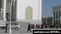 Школьники перед зданием театра, Ашхабад