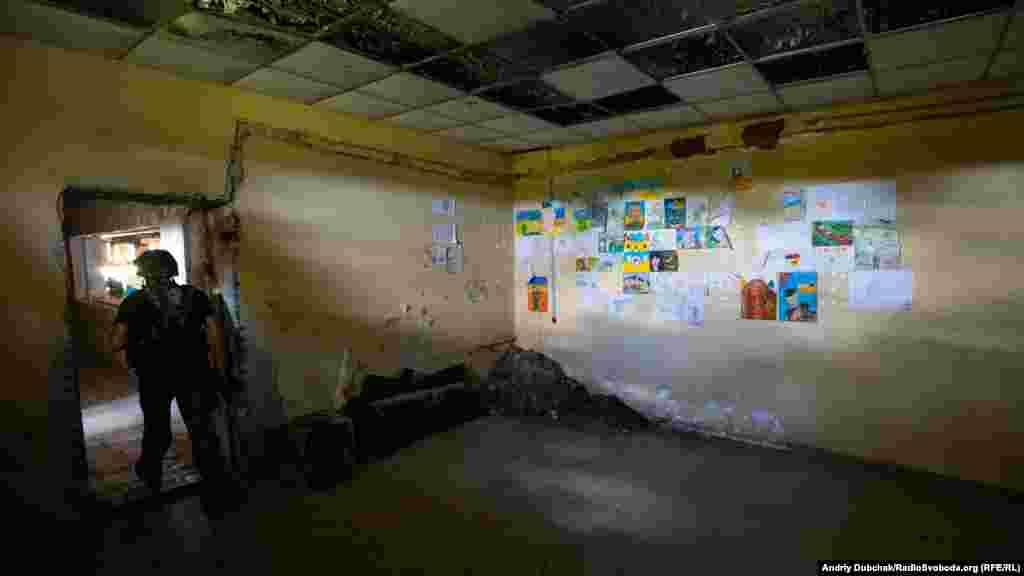 У одній з порожніх кімнат вся стіна завішана дитячими малюнками. У 2014-му, 2015-му їх багато привозили волонтери