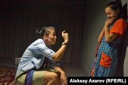 Эпизод из спектакля. Журналистка рассказывает своей домработнице, приехавшей из аула, откуда берутся дети. Алматы, 8 сентября 2016 года.