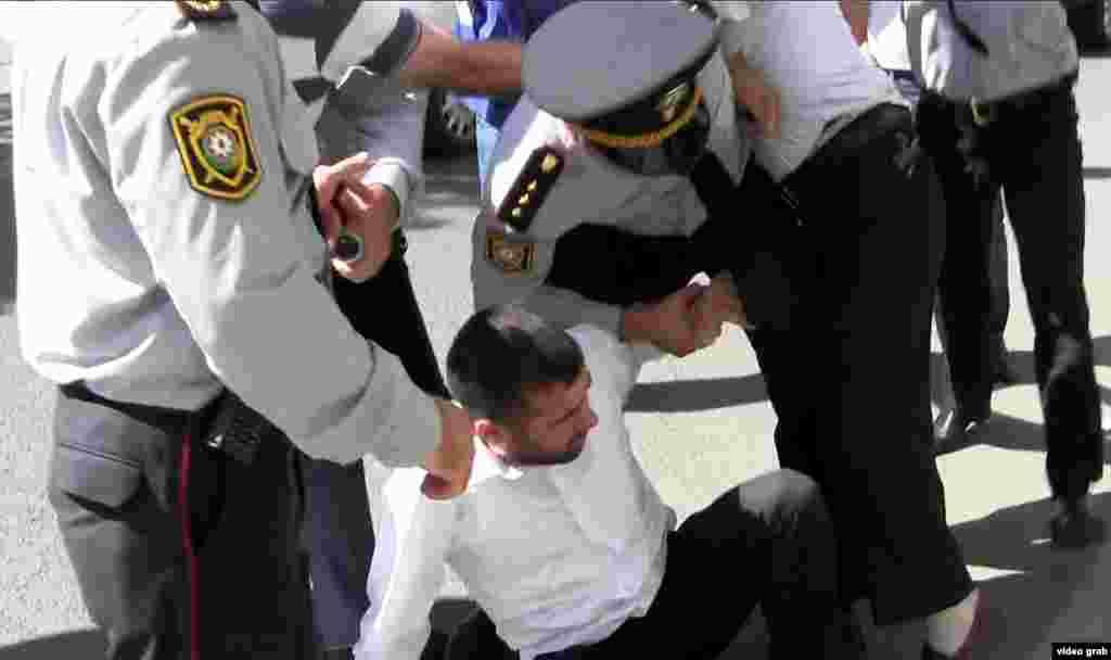 Загалом повідомляють про приблизно 20 затриманих у Баку
