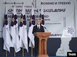 Președintele Armeniei Serzh Sarkisian pronunțînd discursul în memoria victimelor