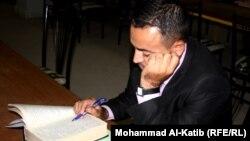 عراقي ناشط في حملة التشجيع على القراءة