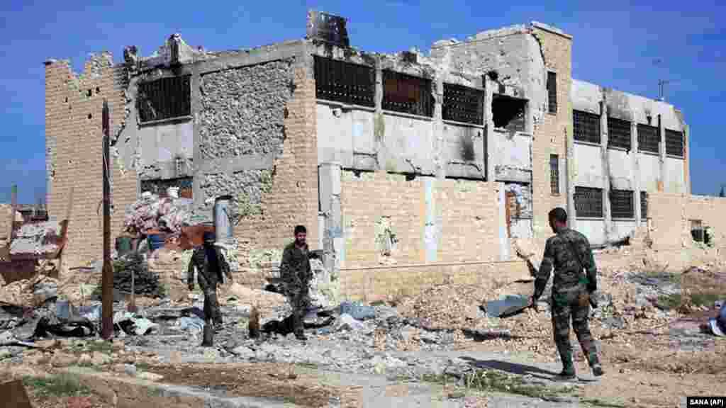 С началом гражданской войны в Сирии Сулеймани направил вооруженные отряды на помощь Дамаску. На фотографии запечатлены бойцы Сулеймани на базе Квейраз недалеко от Алеппо. По оценкам американской разведки, на ноябрь 2015 года около двух тысяч иранцев и поддерживаемых Ираном вооруженных лиц воевали на стороне правительства против повстанцев в Алеппо