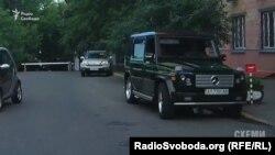 Автівка супроводу та охорона олігарха Ігоря Коломойського біля шлагбауму МВС