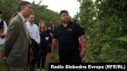 Андрија Секуловски, овоштар и амбасадорот на САД во Македонија Пол Волерс.