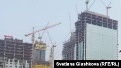У места строительства высотного дома в Астане. Иллюстративное фото.