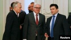 Франк-Вальтер Штайнмаєр (у центрі) з головами МЗС України Павлом Клімкіним (праворуч) і Франції Жаном-Марком Еро у Києві, 23 лютого 2016 року