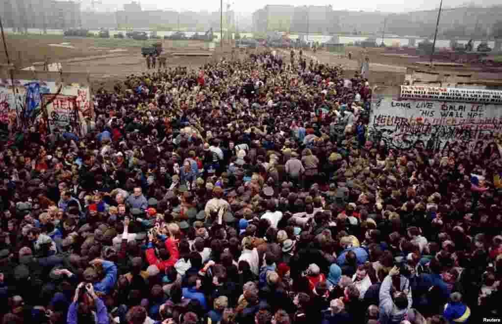 Встреча жителей Западного и Восточного Берлина на Потсдамской площади после падения Берлинской стены.12 ноября 1989 года.